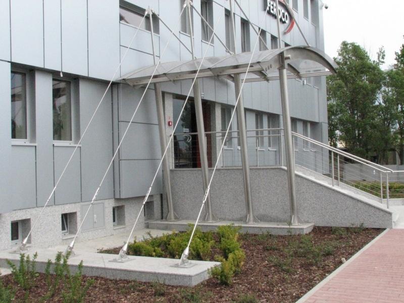feroco 001jpg - Zadaszenie wejścia i balustrady w budynku biurowym firmy FEROCO