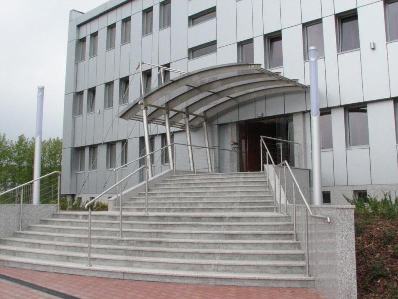 feroco 002jpg - Zadaszenie wejścia i balustrady w budynku biurowym firmy FEROCO