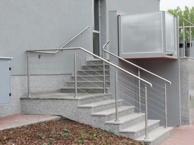 feroco 006jpg - Zadaszenie wejścia i balustrady w budynku biurowym firmy FEROCO