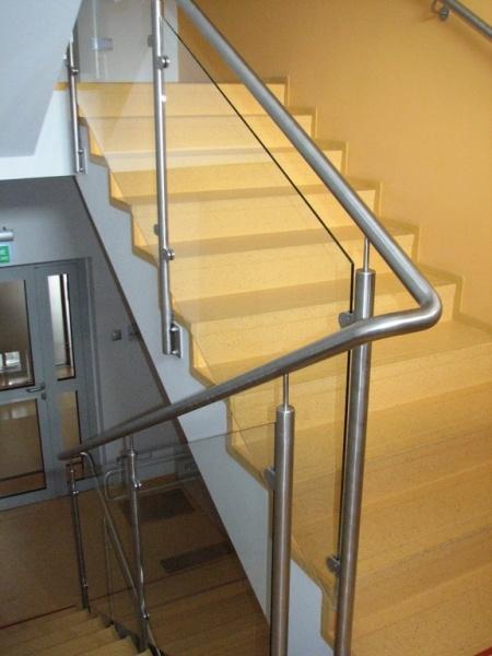 feroco 008jpg - Zadaszenie wejścia i balustrady w budynku biurowym firmy FEROCO